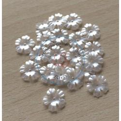 fleur gravée en relief perliane blanc cassée